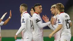 Gelandang AC Milan, Samu Castillejo (kedua kanan) berselebrasi dengan rekan-rekannya usai mencetak gol ke gawang Lille pada pertandingan lanjutan Grup H Liga Europa di stadion Stade Pierre Mauroy, Prancis, Kamis (26/11/2020). AC Milan bermain imbang 1-1. (AP Photo/Michel Spingler)