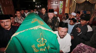 Presiden ke-6 Susilo Bambang Yudhoyono dan sang putra, Agus Harimurti Yudhoyono menggotong jenazah neneknya almarhumah Siti Habibah saat tiba di Puri Cikeas, Bogor, Jawa Barat, Jumat (30/8/2019). Ibunda SBY, Siti Habibah wafat di RS Mitra Keluarga, Cibubur. (Liputan6.com/HO/Anung Aninditio)