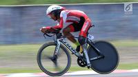 Atlet ParaCycling, M Fadli Immamuddin saat laga di nomor Mens C4 Individual Time Trial Road Race Asian Para Games 2018 di Sirkuit Sentul, Bogor, Senin (8/10). M Fadli Immamuddinberhasil merebut medali perak. (Liputan6.com/Helmi Fithriansyah)