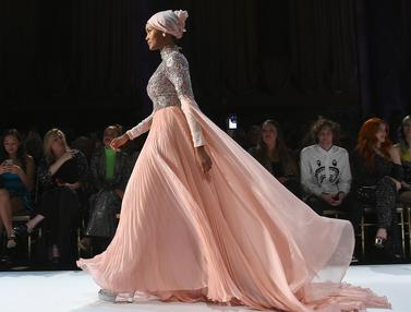 Lenggak-lenggok Model Berhijab Halima Aden di New York Fashion Week