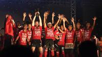 Para pemain Bali United merayakan gelar juara Liga 1 2019 di Stadion Kapten I Wayan Dipta, Bali, Senin (23/12). Puncak perayaan juara ini dimeriahkan Via Vallen dan Tari Kecak. (Bola.com/Aditya Wany)