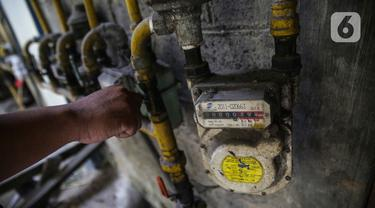 Warga mengecek instalasi aliran gas milik PGN di Rusunawa Griya Tipar Cakung, Jakarta Timur, Kamis (28/11/2019). Griya Tipar Cakung merupakan rusunawa kedua milik Pemprov DKI Jakarta yang telah dialiri jaringan pipa gas PGN. (Liputan6.com/Faizal Fanani)