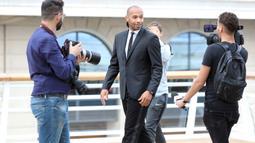 Legenda Prancis, Thierry Henry, saat akan diperkenalkan sebagai pelatih baru AS Monaco di Monaco, Rabu (17/10). Dirinya menggantikan posisi yang ditinggalkan Leonardo Jardim. (AFP/Valery Hache)