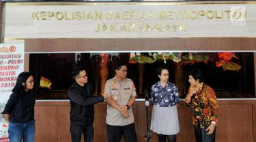 Kabid Humas Polda Metro Jaya Kombes Pol Argo Yuwono (tengah) bersama Tim Amnesty Internasional Indonesia bersiap memberikan keterangan usai menemui Kapolda Metro Jaya Irjen Gatot Eddy Pramono di Polda Metro Jaya, Jakarta, Selasa (9/7/2019). (Liputan6.com/Immanuel Antonius)