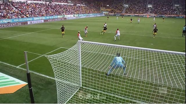 Berita video highlights Bundesliga 2017-2018 antara Augsburg melawan Borussia Dortmund dengan skor 1-2. This video presented by BallBall.