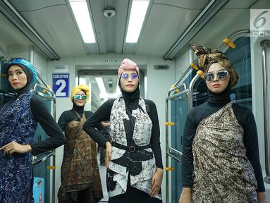 Model mengenakan kain batik dan tenun di kereta api bandara, Jakarta, Kamis (2/5/2019). Kegiatan tersebut diadakan dalam rangka menyambut kegembiraan datangnya bulan suci Ramadan. (Liputan6.com/Immanuel Antonius)
