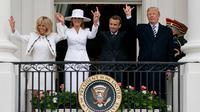 Presiden AS Donald Trump bersama istrinya saat menerima kunjungan Presiden Prancis Emmanuel Macron dan istrinya Brigitte Macron di Balkon Truman di Gedung Putih, Washington (24/4). (AP/Andrew Harnik)