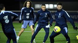 Pemain Prancis Kylian Mbappe (tengah) bersama Olivier Giroud (kanan) dan Matteo Guendouzi saat sesi latihan jelang menghadapi Moldova dan Albania pada babak kualifikasi Grup H Piala Eropa 2020 di Clairefontaine-en-Yvelines, Prancis, Selasa (12/11/2019). (FRANCK FIFE/AFP)