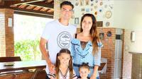 Bek berpaspor Portugal, Pepe memiliki istri cantik bernama Ana Sofia Moreira.