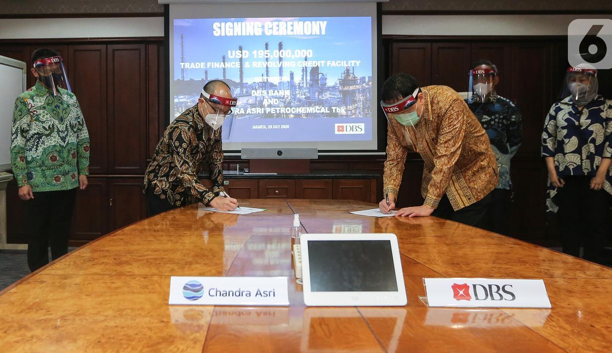 Finance Director Chandra Asri Petrochemical Andre Khor Kah Hin dan Corporate Banking Director PT Bank DBS Indonesia Kunardy Lie usai penandatanganan perjanjian pinjaman pembiayaan di Jakarta (20/7/2020). Pinjaman senilai USD195 juta dalam bentuk Trade Financing dan RCF. (Liputan6.com/Fery Pradolo)