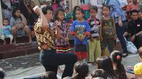 Hibur anak-anak pengungsi longsor brebes, Kak Seto main sulap. Foto: (Fajar Eko Nugroho/Liputan6.com)
