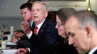 Menteri Pertahanan Amerika Serikat James Norman Mattis  menjawab pertanyan awak media saat menggelar pertemuan dengan Menteri Luar Negeri Indonesia, Retno LP Marsudi di Pentagon, Senin (26/3). (AP/Jacquelyn Martin)