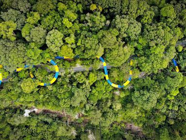 Foto udara memperlihatkan perosotan air terpanjang di dunia di Escape theme park di Teluk Bahang, Malaysia (25/9/2019). Salah satu perosotan air terpanjang di dunia ini diresmikan pada tanggal 25 September. (AFP Photo/Sim Leisure Group Ltd.)