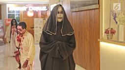 Cosplay Valak berada di pusat perbelanjaan kawasan Sudirman, Jakarta, Selasa (31/10). Salah satu pusat perbelanjaan di kawasan Sudirman menghadirkan 3 cosplay, Zombie, Kuntilanak dan valak merayakan hari Halloween. (Liputan6.com/Herman Zakharia)