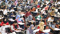 Peserta mengikuti Try Out Nasional SBMPTN 2016 di GOR Ciracas, Jakarta, Sabtu (21/5). Try Out Nasional yang digagas PDIP diikuti kurang lebih 200 ribu peserta SLTA/sederajat di 34 Provinsi se-Indonesia.(Www.sulawesita.com)