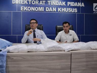 Dir Tipideksus Bareskrim Brigjen Agung Setya (kiri) memberikan keterangan saat pers rilis terkait kasus gula rafinasi di Gedung Bareskrim, Jakarta, Rabu (1/11). Petugas berhasil mengamankan 20 sak gula rafinasi. (Liputan6.com/Faizal Fanani)