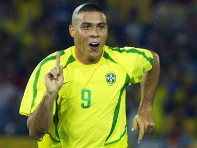 Ronaldo Nazario merupakan salah satu pemain terbaik di dunia. Ia kedapatan buang air kecil ketika pertandingan antara Brasil melawan Hungaria di penyisihan grup D Olimpiade Atlanta tahun 1996. Bukannya langsung lari ke toilet, ia malah pipis di tengah lapangan. (Foto: AFP/Gabriel Bouys)