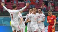 Para pemain Denmark merayakan gol pertama ke gawang Wales yang dicetak striker Kasper Dolberg (tengah) dalam laga babak 16 Besar Euro 2020 di Johan Cruiyff ArenA, Amsterdam, Sabtu (26/6/2021) malam WIB. (Foto: AP/Pool/peter Dejong)