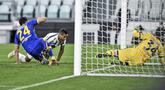 Pemain Juventus Alex Sandro (tengah) mencetak gol ke gawang Parma pada pertandingan Serie di Stadion Allianz Turin, Italia, Rabu (21/4/2021). Juventus menang 3-1. (Piero Cruciatti/LaPresse via AP)