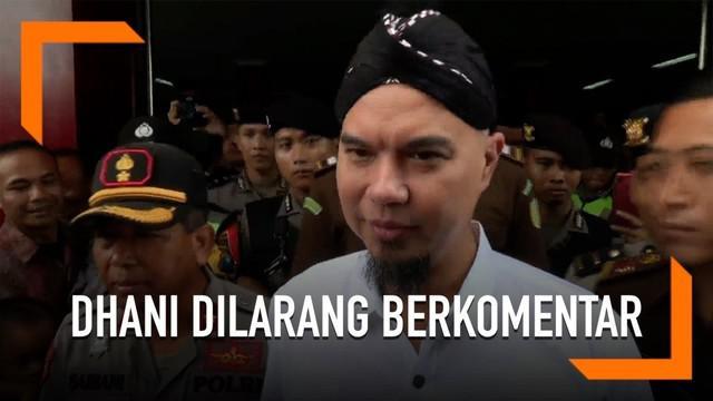 Ahmad Dhani mengaku dilarang berkomentar oleh polisi setelah menjalani sidang di PN Surabaya.