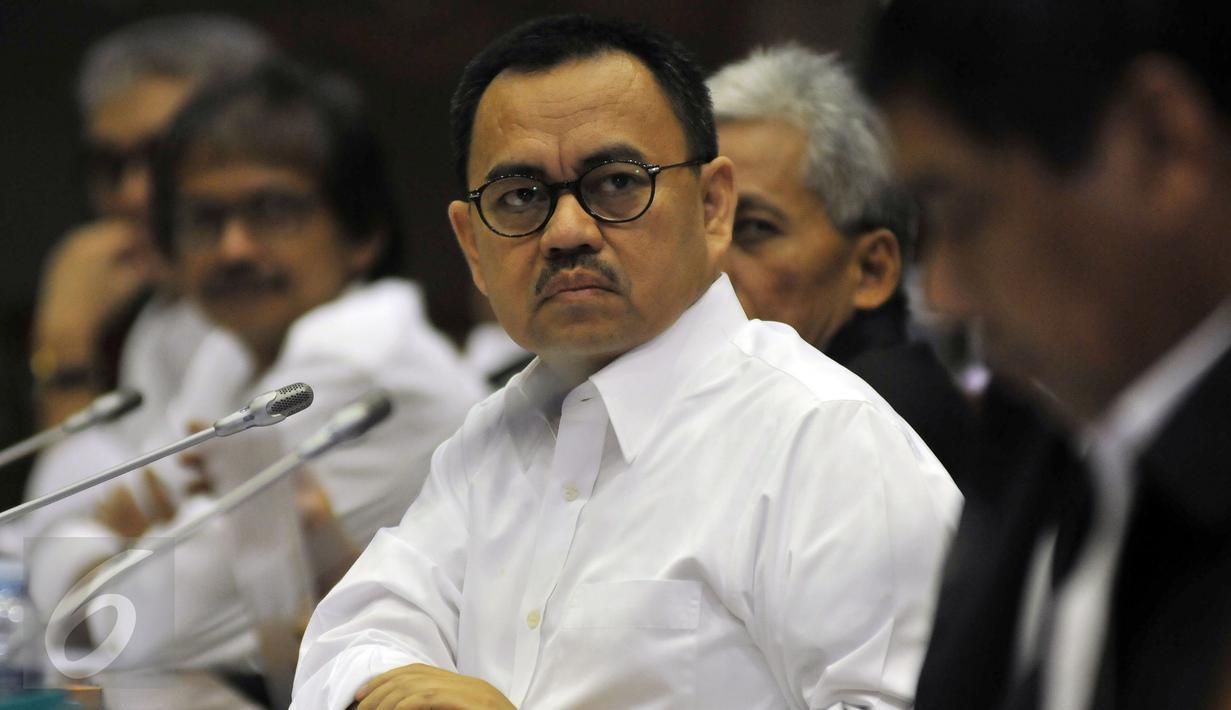 Menteri ESDM Sudirman Said menghadiri rapat kerja dengan Komisi VII DPR di Gedung DPR, Jakarta, Selasa (26/7). Raker menindaklanjuti temuan BPK 2015 soal penetapan harga solar yang menguntungkan badan usaha sebesar Rp 3,19 T. (Liputan6.com/Johan Tallo)