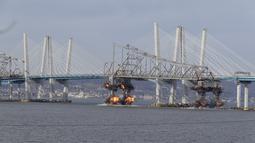 Ledakan dahsyat menghancurkan bagian Jembatan Tappan Zee di Tarrytown, New York, AS, Selasa (15/1). Jembatan Tappan Zee dibangun untuk menyeberangi Sungai Hudson. (AP Photo/Seth Wenig)