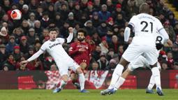 Penyerang Liverpool, Mohamed Salah, melepaskan tendangan saat melawan West Ham United pada laga Premier League di Stadion Anfield, Inggris, Selasa (25/2/2020). Liverpool menang dengan skor 3-2. (AP/Jon Super)