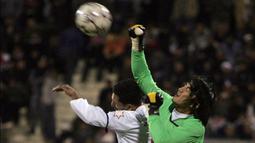 Mantan kiper Timnas Thailand, Kosin Hathairattanakool merupakan pemain asing Asia yang paling dicintai Bobotoh. Ia bergabung ke Persib pada musim 2006-2007. Sejak kedatangannya, Kosin langsung jadi pujaan Bobotoh, hal itu karena kemampuannya mengawal gawang. (Foto: AFP/Khalil Mazraawi)