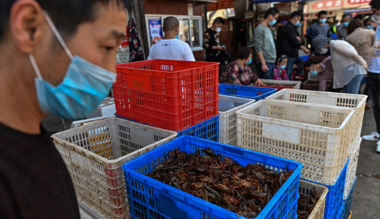 Foto pada 15 April 2020, sekeranjang udang yang dijual di salah satu toko  di Pasar Baishazhou Wuhan di Wuhan, provinsi Hubei. Lebih dari 90 persen kios pasar basah di Wuhan telah kembali buka sejak pemerintah mencabut aturan lockdown di wilayah pusat pandemi corona tersebut. (Hector RETAMAL/AFP)