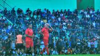Pelatih Arema, Mario Gomez, didampingi asistennya, Charis Yulianto, dalam latihan pertama Arema yang dihadiri ribuan suporter Aremania di Stadion Gajayana, Malang (16/1/2020). (Bola.com/Iwan Setiawan)