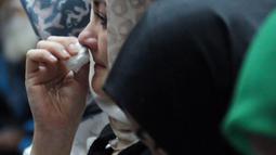 Istri terdakwa korupsi proyek e-KTP Setya Novanto, Deisti Astriani Tagor menahan haru saat mengikuti sidang lanjutan di Pengadilan Tipikor, Jakarta, Jumat (13/4). Sidang mendengar pembacaan nota pembelaan terdakwa. (Liputan6.com/Helmi Fithriansyah)