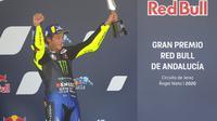 Pembalap Yamaha, Valentino Rossi merayakan sukses finis ketiga MotoGP Andalusia, 26 Juli 2020. (AP Photo/David Clares)