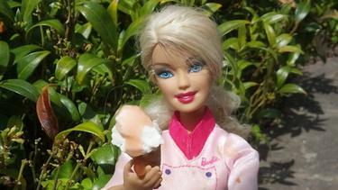 Boneka Barbie Tetap Cantik Saat Masak Dan Sajikan Cokelat Fashion Fimela Com