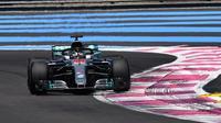 Pembalap Mercedes, Lewis Hamilton, mencatat waktu tercepat pada latihan bebas kedua F1 GP Prancis, Jumat (22/6/2018). (Twitter/F1)