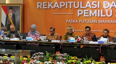 Ketua KPU Arief Budiman bersama Komisoner KPU saat mengadakan Rapat Pleno di Gedung, KPU, Jakarta, Senin (8/4). Rapat pleno tersebut membahas Rekapitulasi Daftar Pemilih Pemilu 2019 pasca-putusan Mahkamah Konstitusi (MK). (Liputan6.com/Johan Tallo)