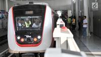 Pengunjung memasuki salah satu gerbong saat uji coba LRT rute Kelapa Gading-Velodrome, Jakarta, Senin (20/8). Uji coba tersebut guna menguji integrasi sarana dan prasarana, perilaku penumpang, serta memberikan sosialisasi. (Merdeka.com/Iqbal S. Nugroho)