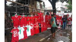 Antusias pembeli melihat pajangan Jersey Timnas Indonesia di trotoar oleh pedagang, (03/12/2016). (Bola.com/Darojatun)