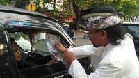 Umat Hindu Bagi-Bagi Takjil Kepada Umat Muslim di Makassar (Fauzan/Liputan6.com)
