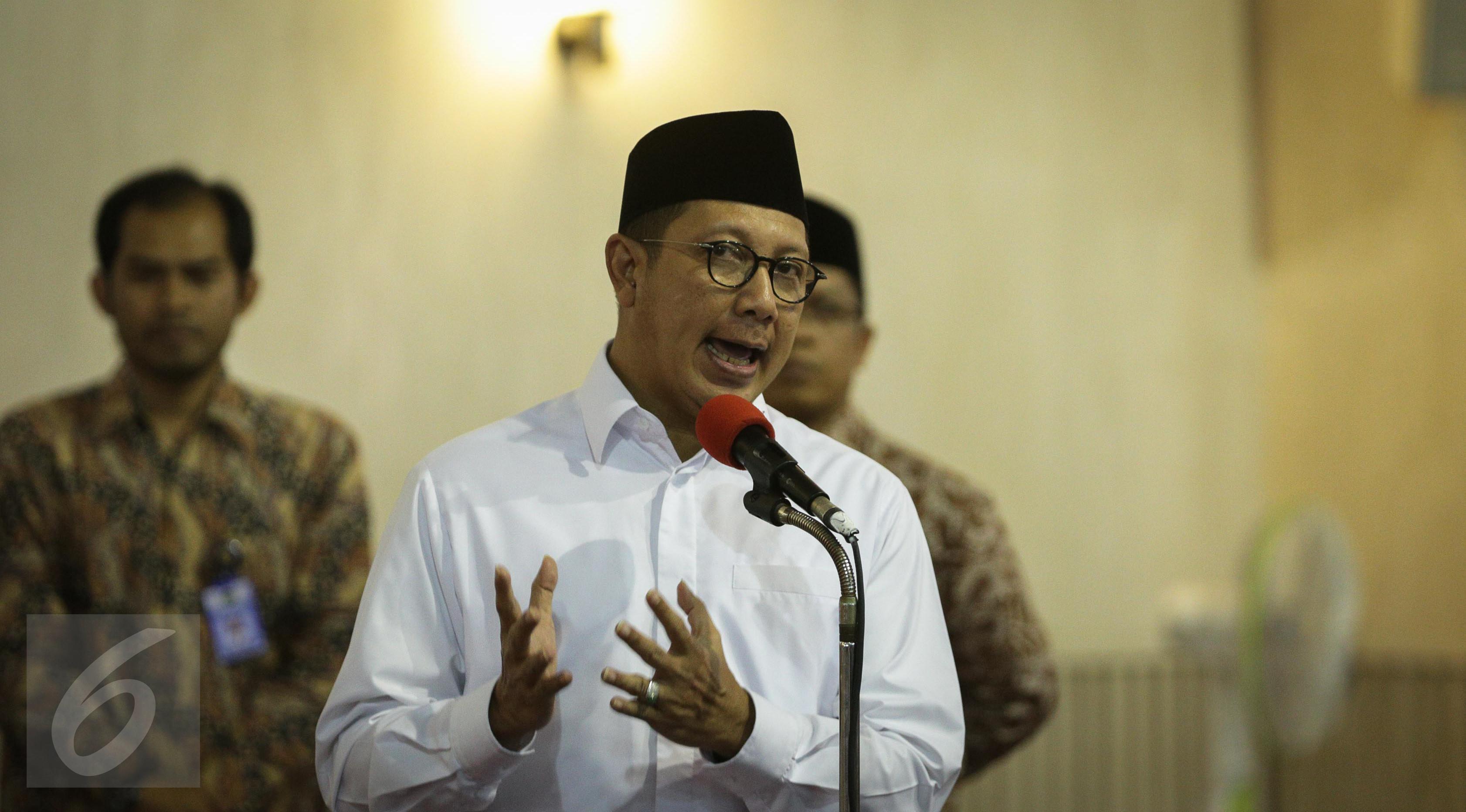 Menteri Agama Lukman Hakim Saifuddin memberikan sambutan saat meresmikan pemajangan potongan Kiswah (kain penutup Kakbah) hadiah dari Raja Salman bin Abdulaziz Al Saud di Masjid Istiqlal, Jakarta, Jumat (10/3). (Liputan6.com/Faizal Fanani)