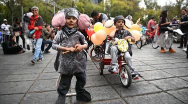 Anak-anak berpartisipasi dalam kompetisi menghias sepeda bertema zodiak di Mexico City, Meksiko, pada 19 Januari 2020. Puluhan karya dekorasi zodiak ditampilkan dalam kompetisi itu, yang memberikan warga Meksiko akses untuk menikmati budaya unik Tahun Baru Imlek. (Xinhua/Xin Yuewei)