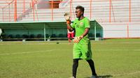 Kiper Perseru pinjaman dari Persebaya, Samuel Reimas. (Bola.com/Aditya Wany)