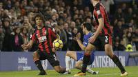 Aksi pemain Bournemouth, Nathan Ake (kiri) menghalau bola sepakan Pedro pada lanjutan Premier League di Stamford Bridge, London, (31/1/2018). Chelsea kalah 0-3. (AP/Tim Ireland)