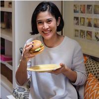 Dian Sastrowardoyo dengan signature syle burger miliknya di restoran MAM Senayan City. foto: Instagram (@mamjkt)