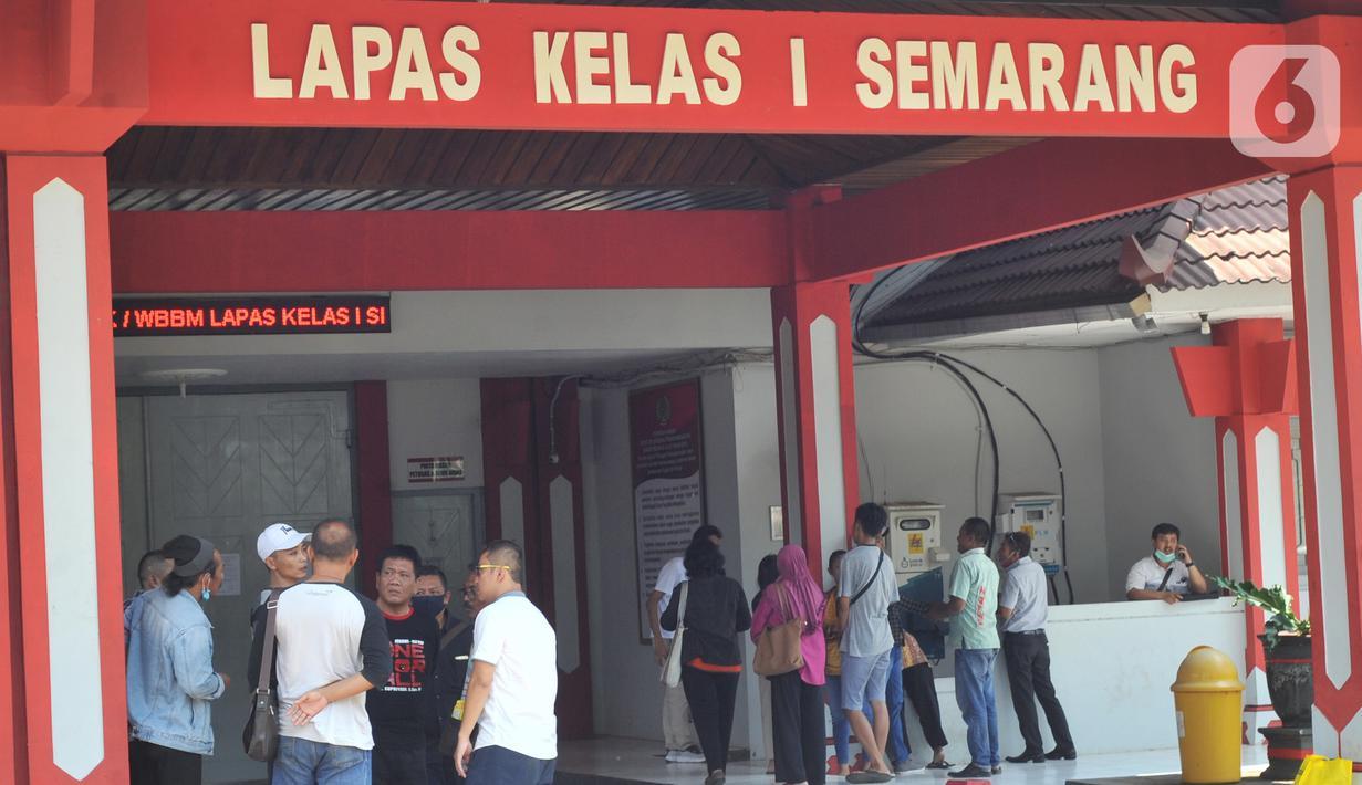 Sebanyak 55 napi dari Lapas Kedungpane Semarang dibebaskan oleh Kalapas, Sabtu(2/4/2020). Lapas Kedungpane Semarang akan membebaskan 270 narapidana untuk mencegah penyebaran virus corona. (Liputan6.com/Gholib)