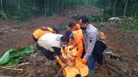 Tim SAR Gabungan menemukan satu korban longsor di Desa Kalijering, Kecamatan Padureso, Kebumen, Rabu (10/2/2021). (Foto: Liputan6.com/Basarnas)