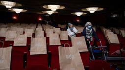 Lansia penghuni panti jompo yang telah menerima vaksin virus corona COVID-19 menghadiri pertunjukan di EDP Gran Via Theatre, Madrid, Spanyol, 24 Februari 2021. Pandemi COVID-19 di Spanyol mencatatkan kematian sekitar 68.000 orang dari lebih dari 3,1 juta kasus. (GABRIEL BOUYS/AFP)