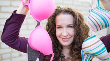 Dana Marlowe berawal dari menyumbangkan 16 bra, kini ia telah berhasil menghimpun 20.000 bra dan menyalurkannya ke wanita membutuhkan. (Foto: Cosmopolitan)
