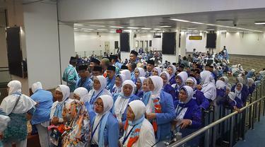 Ratusan jamaah haji asal Indonesia tengah mengantri sesaat sebelum naik pesawat. Garuda Indonesia mengaku, sudah menyelesaikan penerbangan haji dengan jumlah jamaah 107.959 orang.