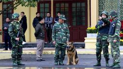 Tentara Vietnam berjaga di luar pintu masuk stasiun kereta Dong Dang menjelang kedatangan pemimpin Korea Utara, Kim Jong-un di Lang Son, Senin (25/2). Kim Jong-un akan memasuki Vietnam dengan kereta api untuk pertemuan dengan Donald Trump. (AP/Minh Hoang)