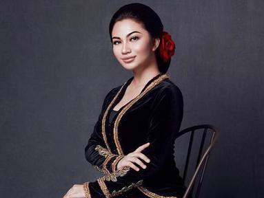 Wanita kelahiran 8 November 1996 ini tampak menawan dengan balutan kebaya berwarna hitam dilengkapi dengan sanggul rambut dan aksesoris bunga. (Liputan6.com/IG/@arieltatum)